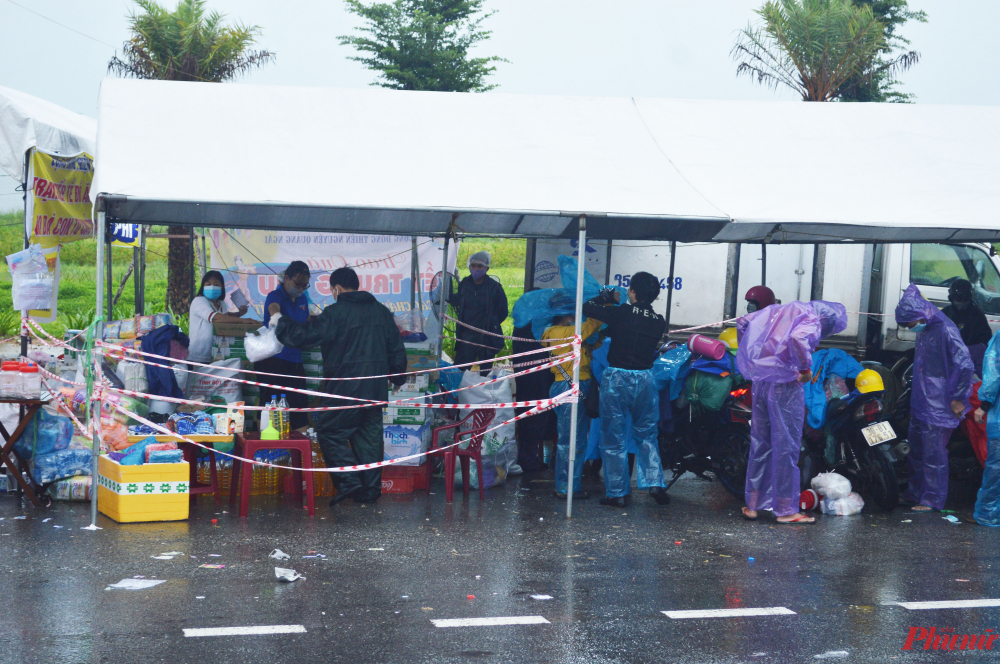 Tại điểm hỗ trợ trên quốc lộ 1A  ( tỉnh Quảng Ngãi), người dân được bố trí chổ nghỉ ngơi, tiếp tế nhu yếu phẩm để tiếp tục hành trình