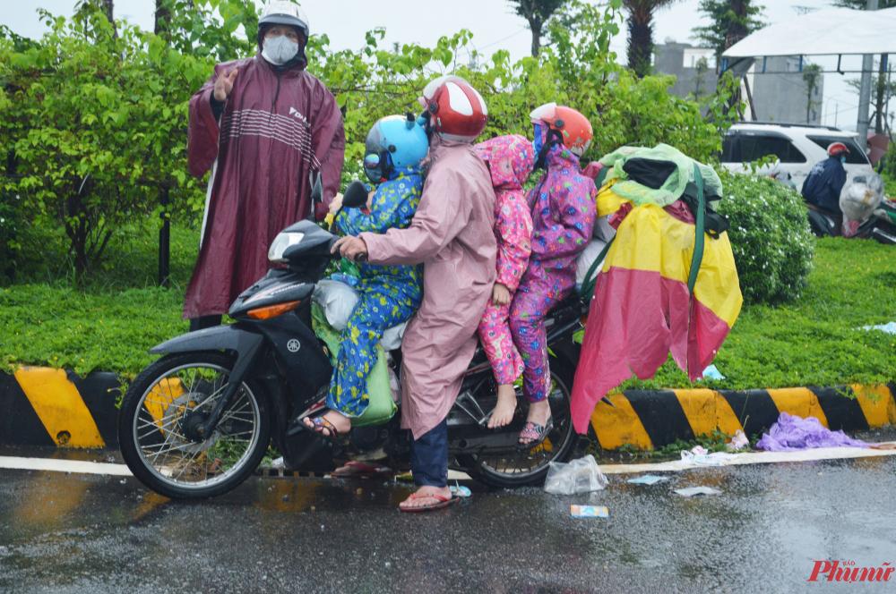 Một gia đình đang hỏi đường để tiếp tục về quê