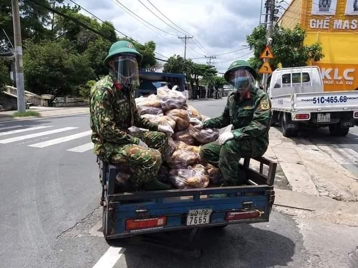 Bộ đội giao hàng cho dân (Nguồn facebook)