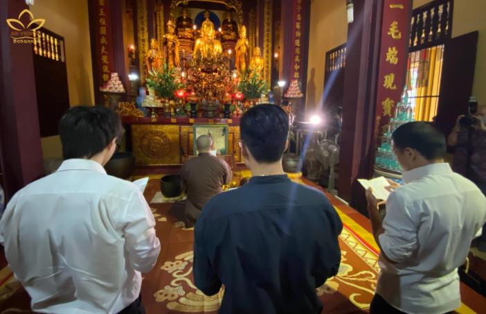 Các thành viên nhóm Rap Nhà Làm sám hối tại chùa Quán Sứ vào sáng 6/10