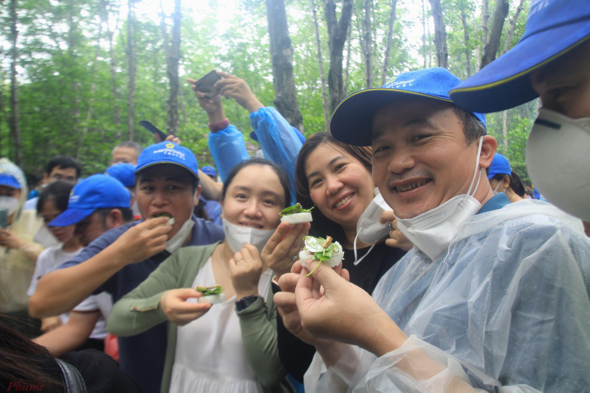 Khách du lịch trải nghiệm tour Cần Giờ (TPHCM) ngày 19/9. Ảnh: Quốc Thái