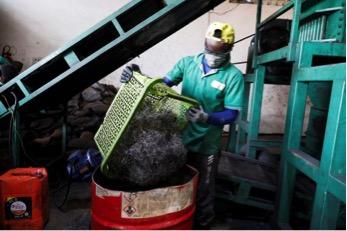 Công nhân ở nhà máy Freetown