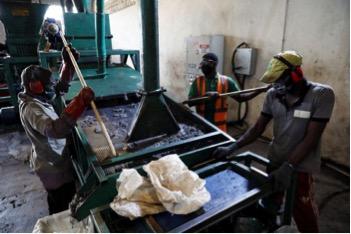 Những công nhân trong phiên làm việc của mình tại nhà máy Freetown