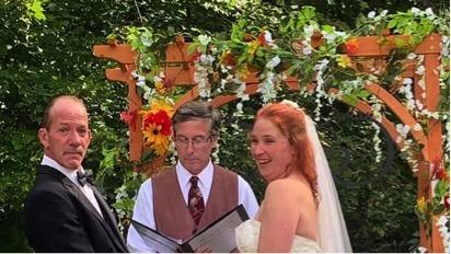 Karen Mahoney và Brian Ray kết hôn ở biên giới Mỹ - Canada để gia đình cô có thể chứng kiến