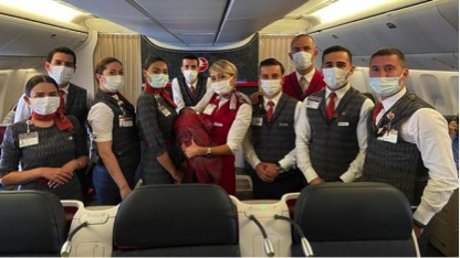 Các thành viên phi hành đoàn Turkish Airlines với em bé được họ giúp đỡ.