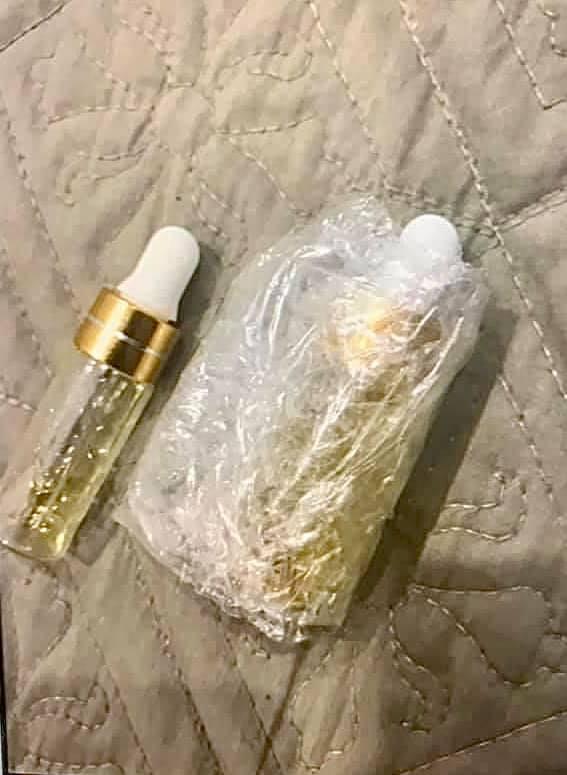 Lọ tinh dầu bệnh nhân sử dụng trước khi đưa tới bệnh viện cấp cứu