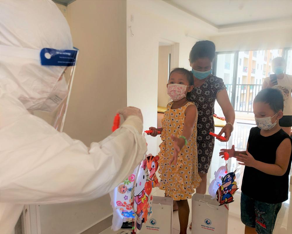 Trẻ em điều trị COVID-19 tại Bệnh viện thu dung điều trị COVID-19 số 7.