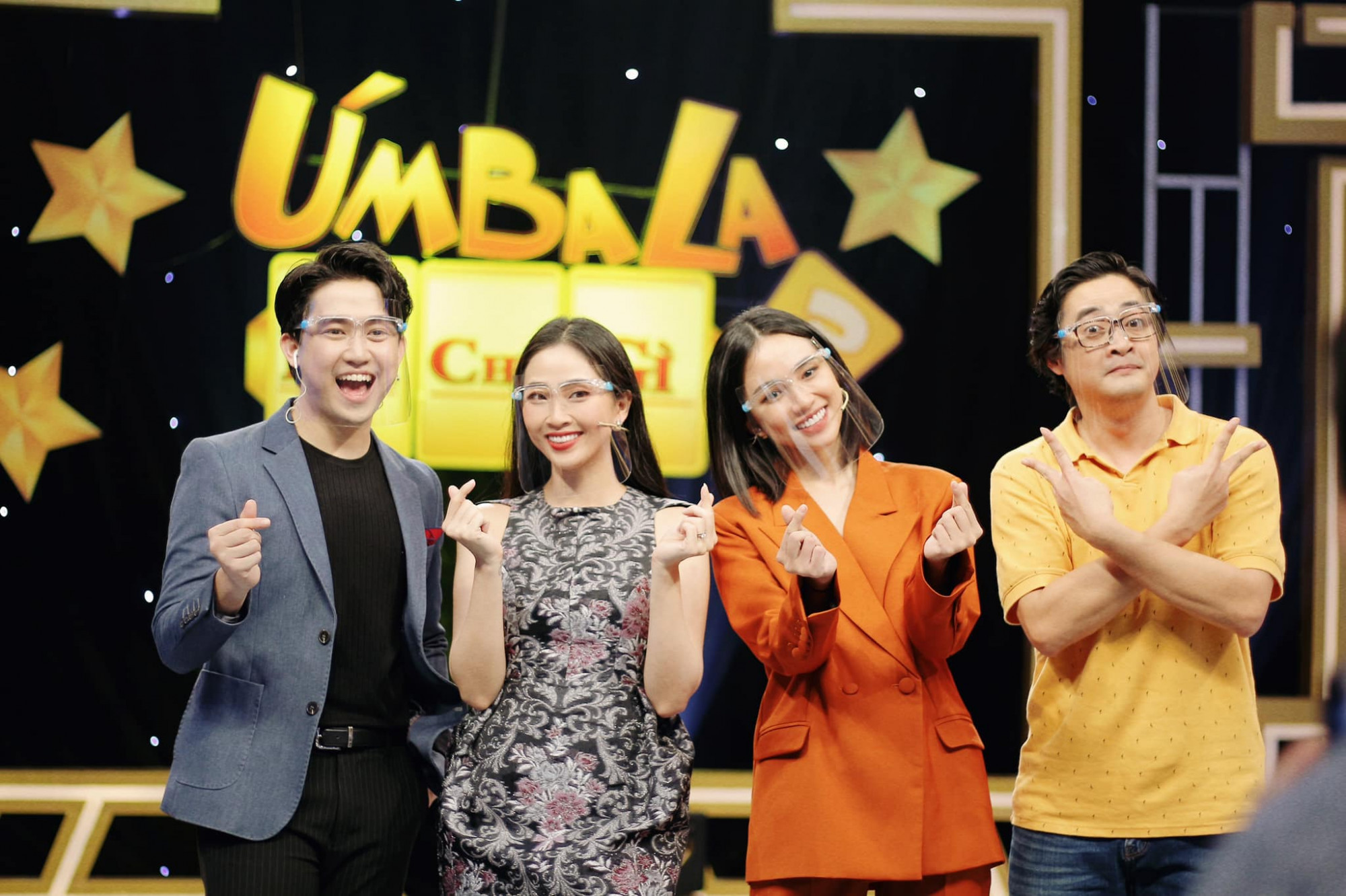 MC Liêu Hà Trinh (thứ hai từ trái sang) trong buổi ghi hình với các đồng nghiệp