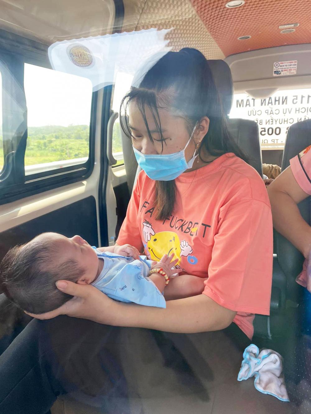 Em bé hồi hương bằng xe máy cùng gia đình đã được trung chuyển bằng ô tô