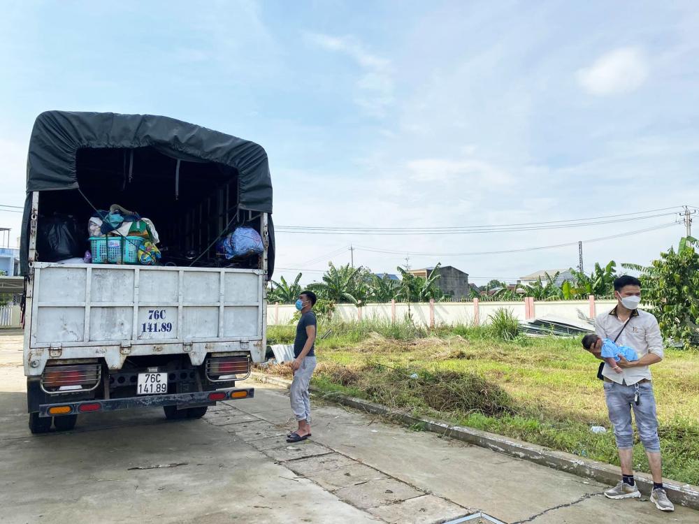xe máy, vật dụng được nhóm từ thiện thuê xe tải để chở theo cùng người dân hồi hương