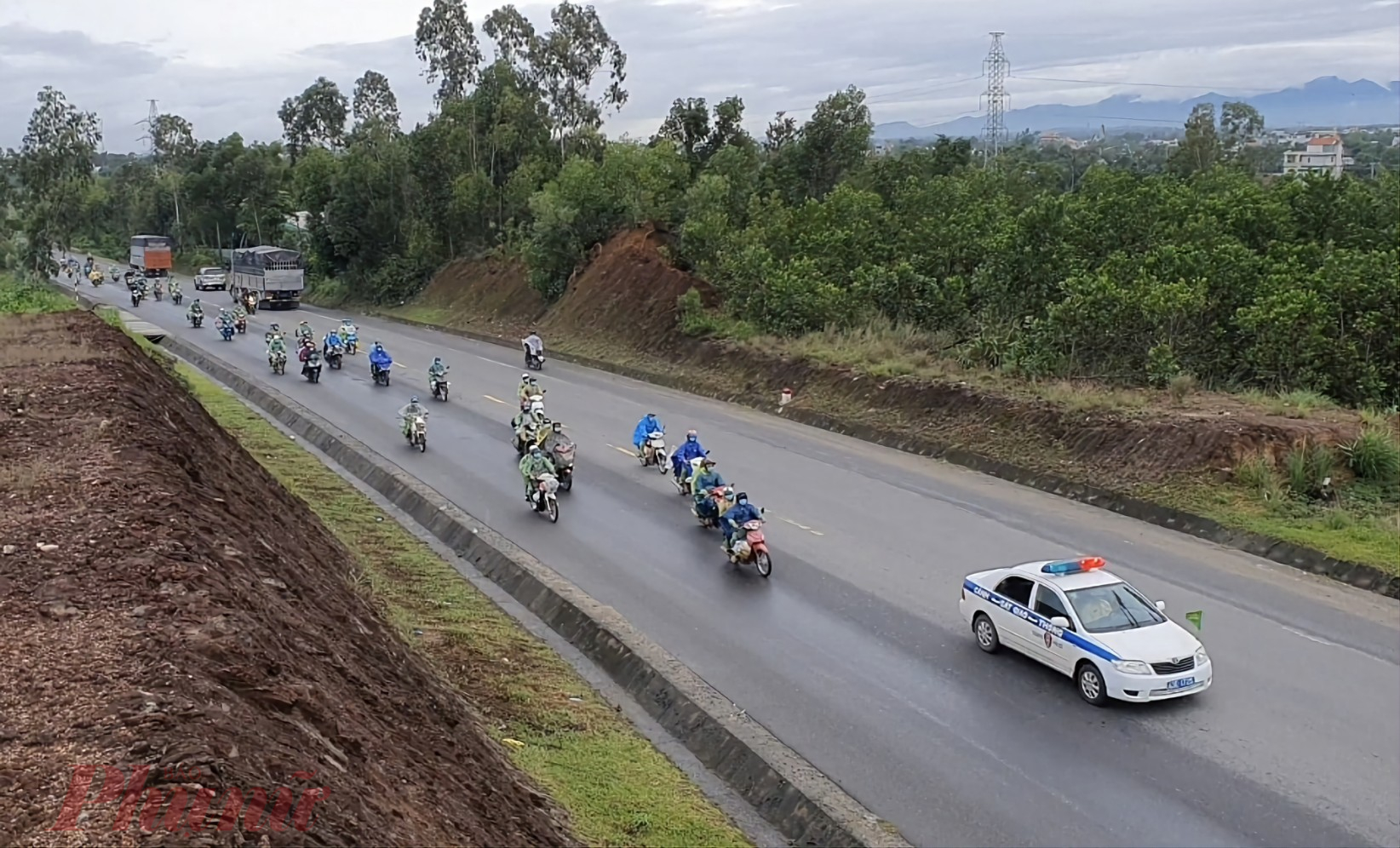 CSGT Đà Nẵng dẫn đoàn người hồi hương đi qua địa phận thành phố