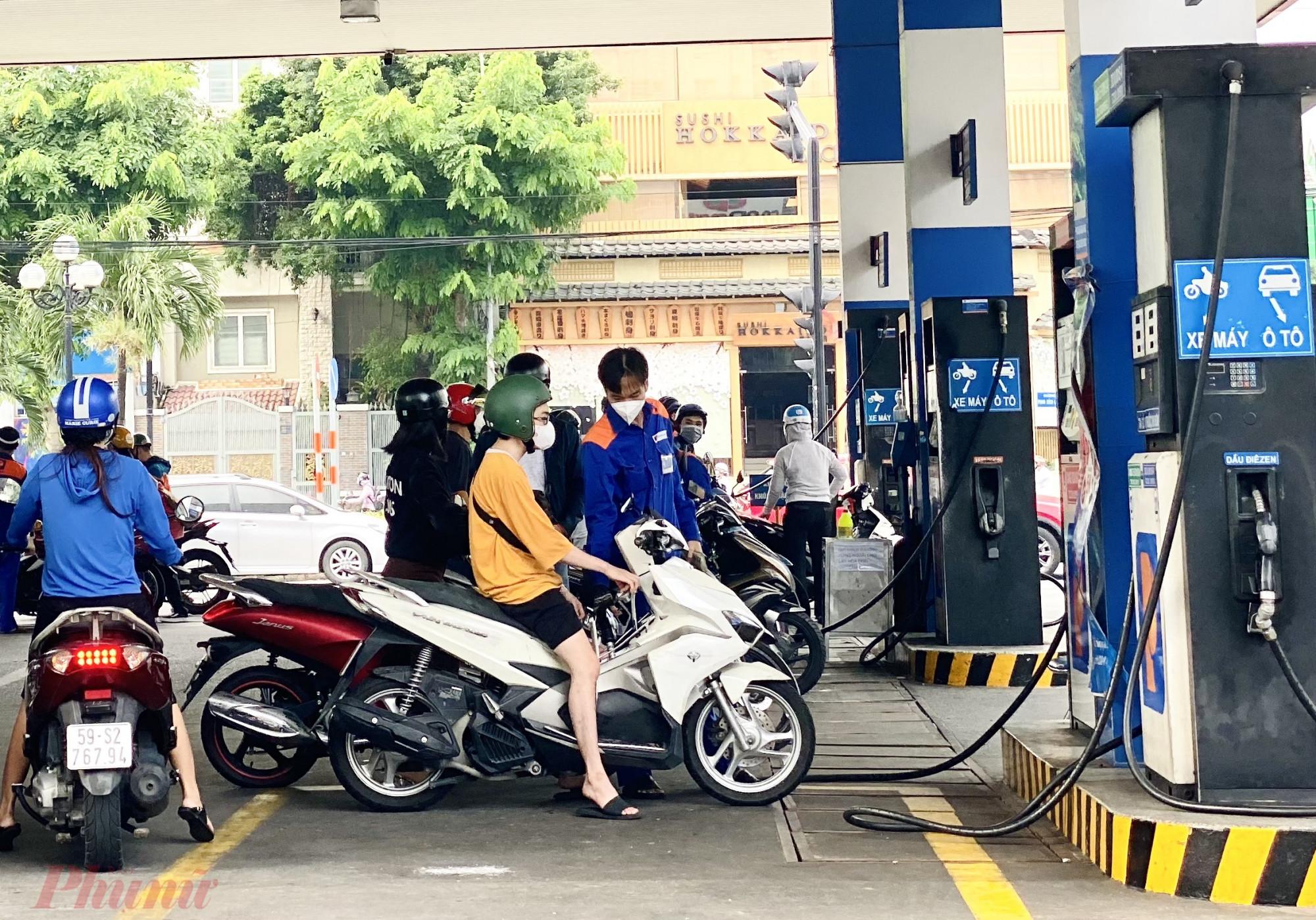Người dân TPHCM đi đổ xăng khá đông tại một cây xăng trên đường Phan Xích Long (quận Phú Nhuận) trong ngày đầu tiên Thành phố nới lỏng giãn cách (1/10). Ảnh: Quốc Thái