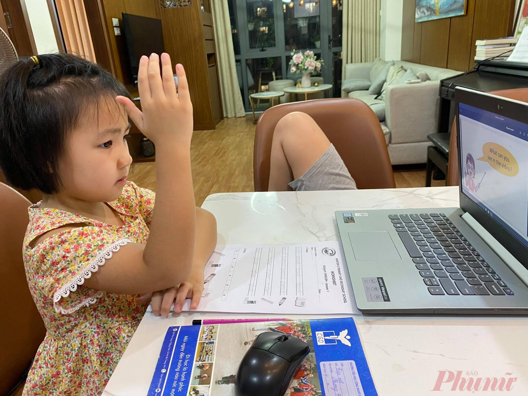 Chị Nga muốn đưa con gái về Thái Bình vì mấy tháng nay mắc kẹt tại Hà Nội con gái chị vẫn học trực tuyến- Ảnh: Đại Minh