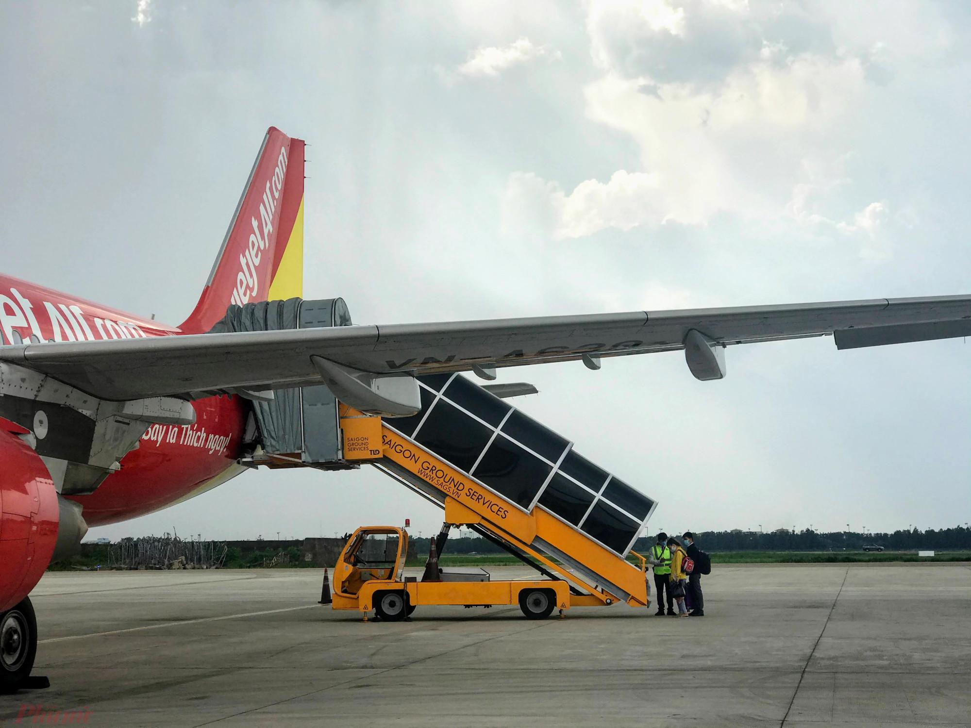 Khách hàng chuẩn bị lên máy tại sân bay Tân Sơn Nhất. Ảnh: Quốc Thái