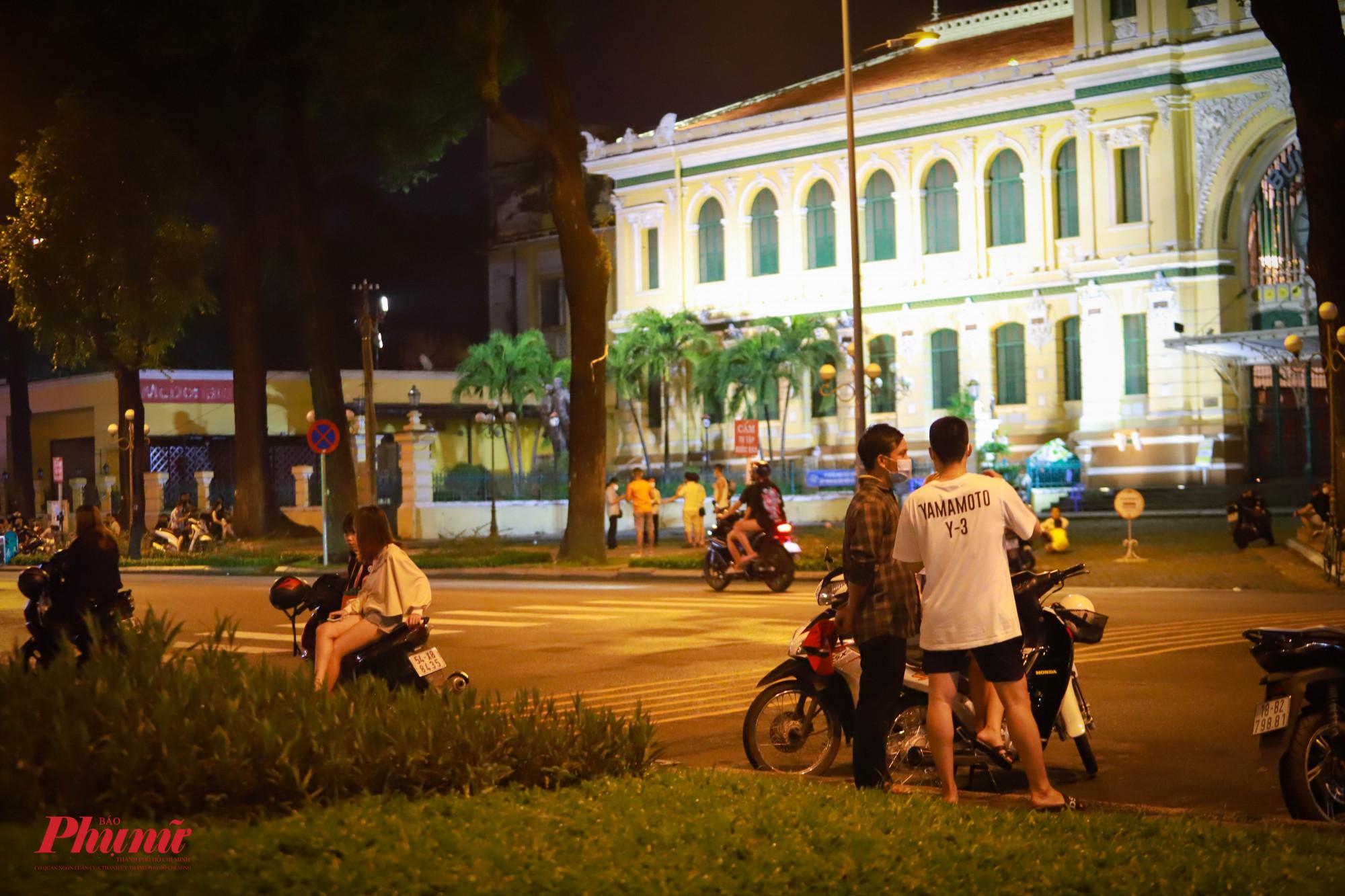 Khu vực Nhà thờ Đức bà và Bưu điện Thành phố rất đông các bạn trẻ đến hóng gió