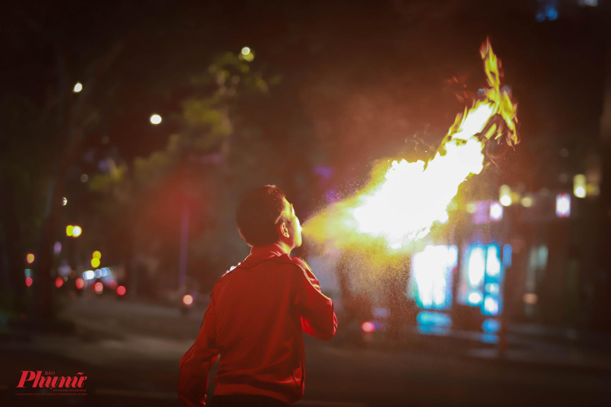 Đây gần như là hình ảnh không thể thiếu tại đường phố Sài Gòn những buổi tối