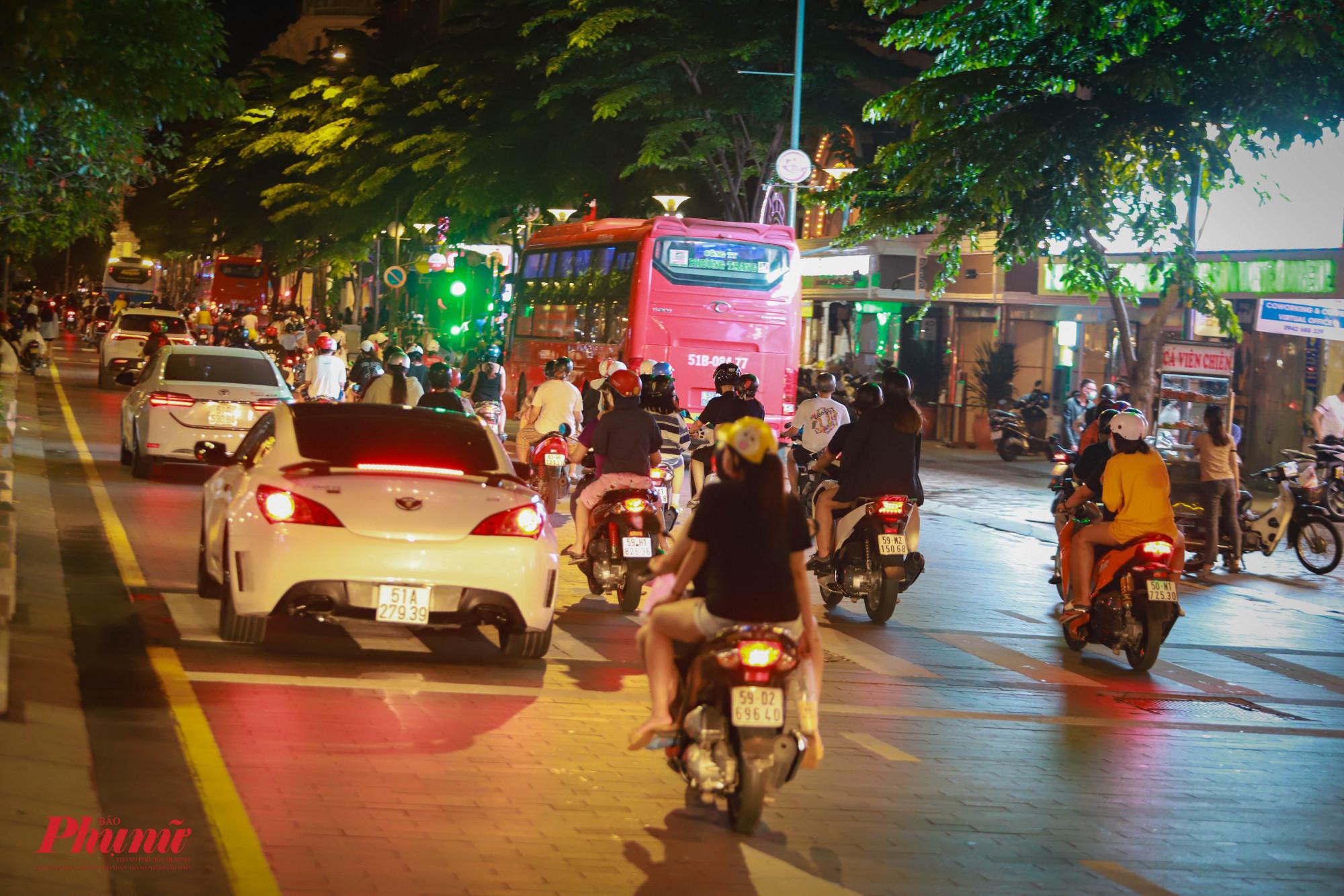 Hai bên đường, các phương tiện tham gia giao thông rất đông
