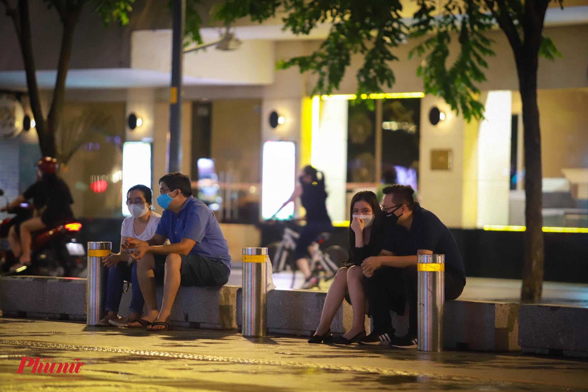Dù đông người đến tham quan phố đi bộ, nhưng mọi người đều chọn vị trí ngồi cách xa nhau, tránh tụ tập