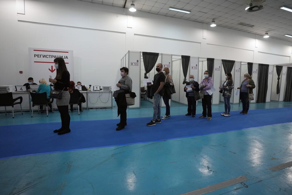 Đám đông xếp hàng chờ tiêm vắc-xin COVID-19 tại trung tâm tiêm chủng tạm thời ở Belgrade, Serbia