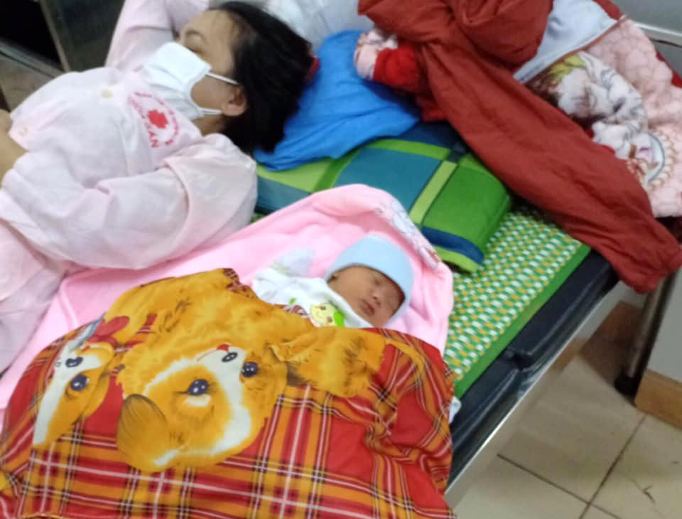 Mẹ con chị Dũng được đưa vào Trung tâm Y tế huyện Hải Lăng sau khi sinh rơi bên đường