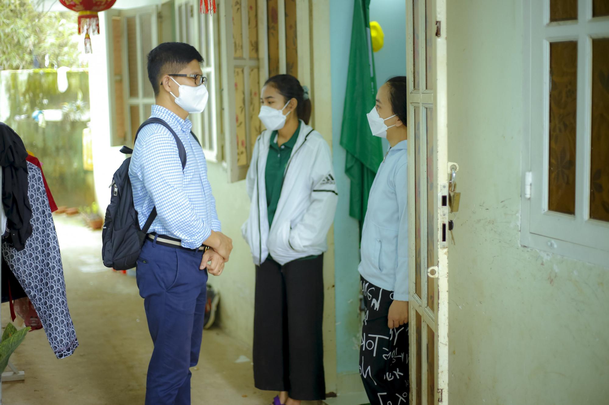 Đại diện Trung tâm Công tác Xã hội Công đoàn Thành phố đã đến thăm và động viên công nhân lao động