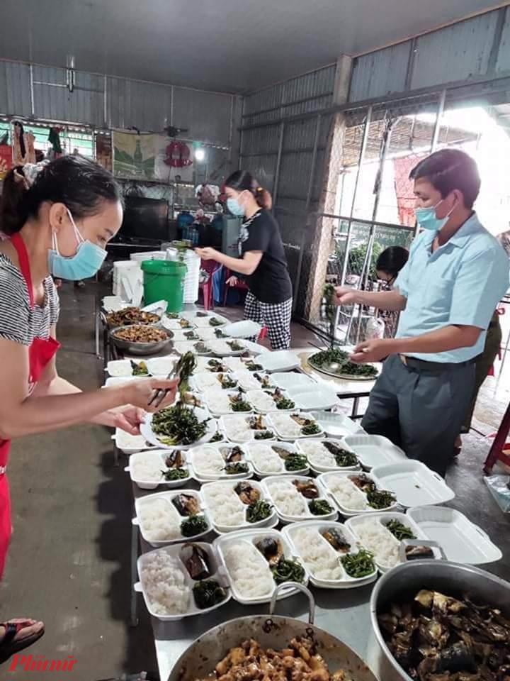 Nhiều nhà hảo tâm trên địa bàn biết tin đã vội góp thêm kinh phí cho nhóm để hỗ trợ việc nấu cơm, có người ủng hộ số tiền rất lớn.