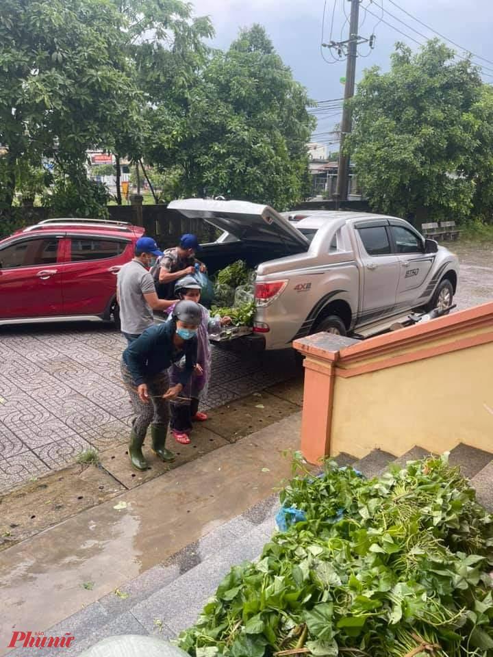 Các thành viên của nhóm này góp sức, bà con trên địa bàn gom góp rau, củ, quả, gạo, cá, dầu ăn, nước mắm,... đưa đến.