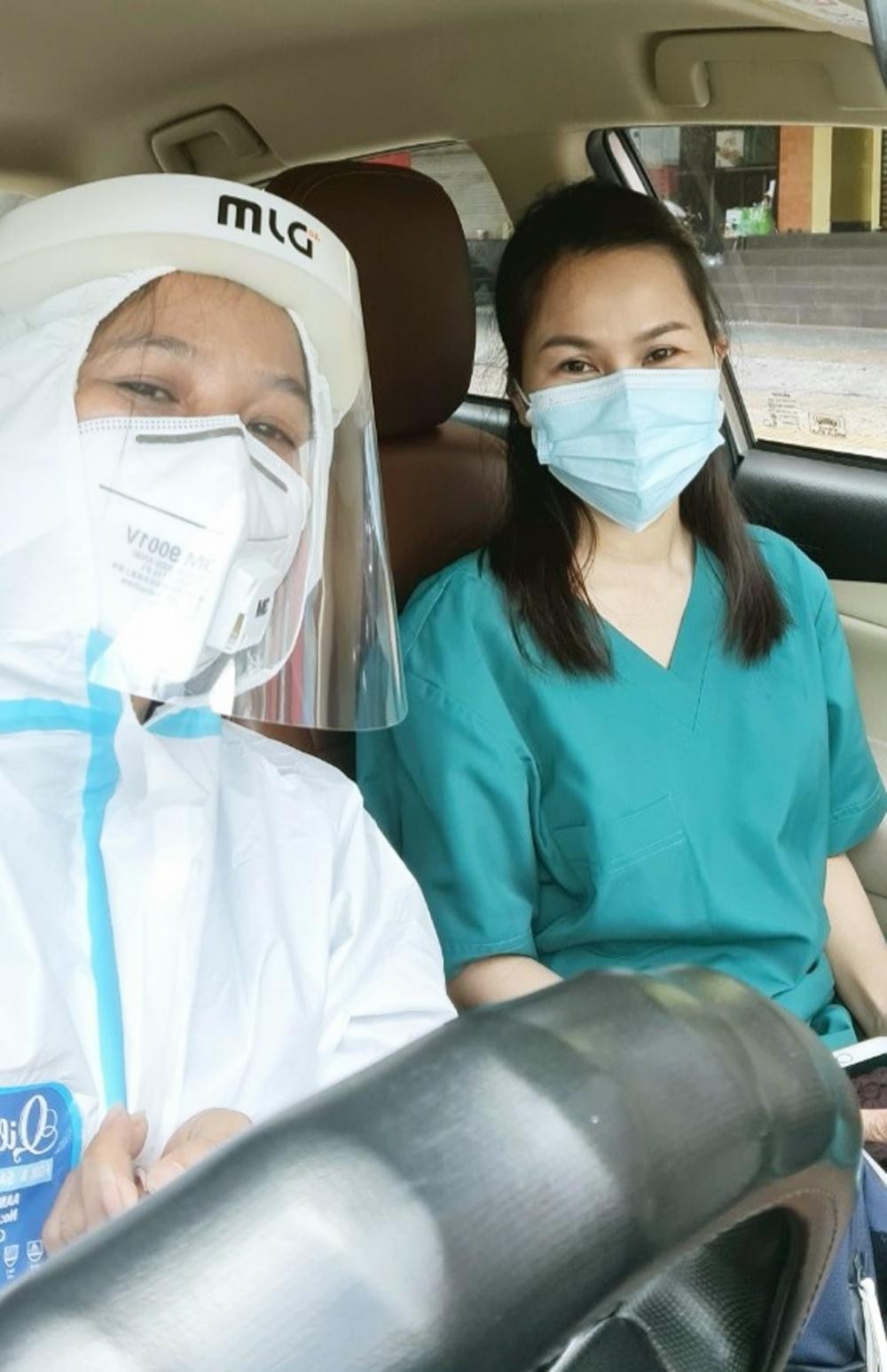 Sau chuyến xe này, chị Nguyễn Thị Mộng Thắm (bên trái) trở lại công việc kinh doanh quán cà phê