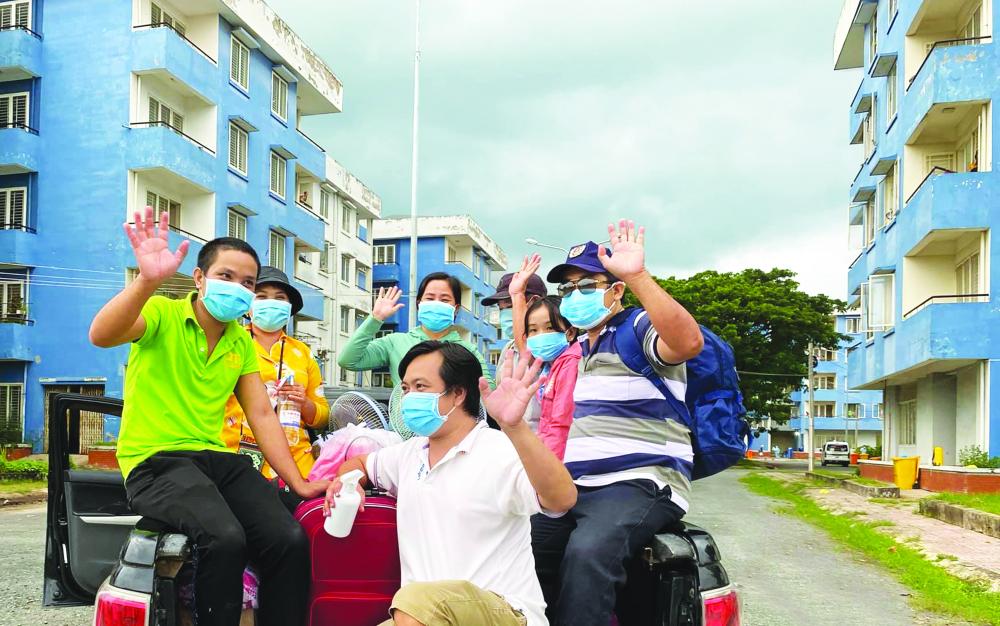 Các bệnh nhân ở Bệnh viện Dã chiến số 4 (H.Bình Chánh, TP.HCM) vui mừng trong ngày xuất viện trở về nhà ẢNH: S.V