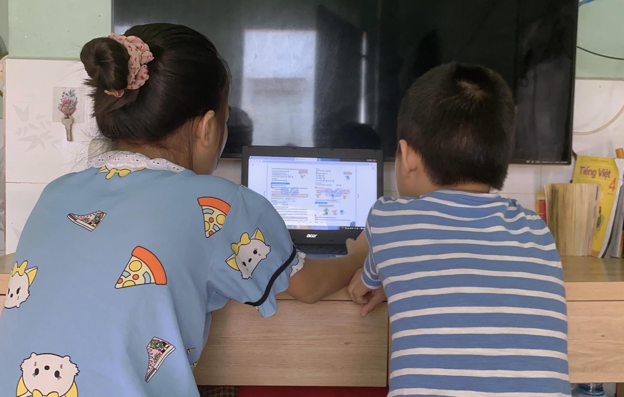 Học online là một giải pháp cần thiết trước tình hình COVID-19 nhưng cũng có thể gây ra nhiều vấn đề cho trẻ, ảnh minh học