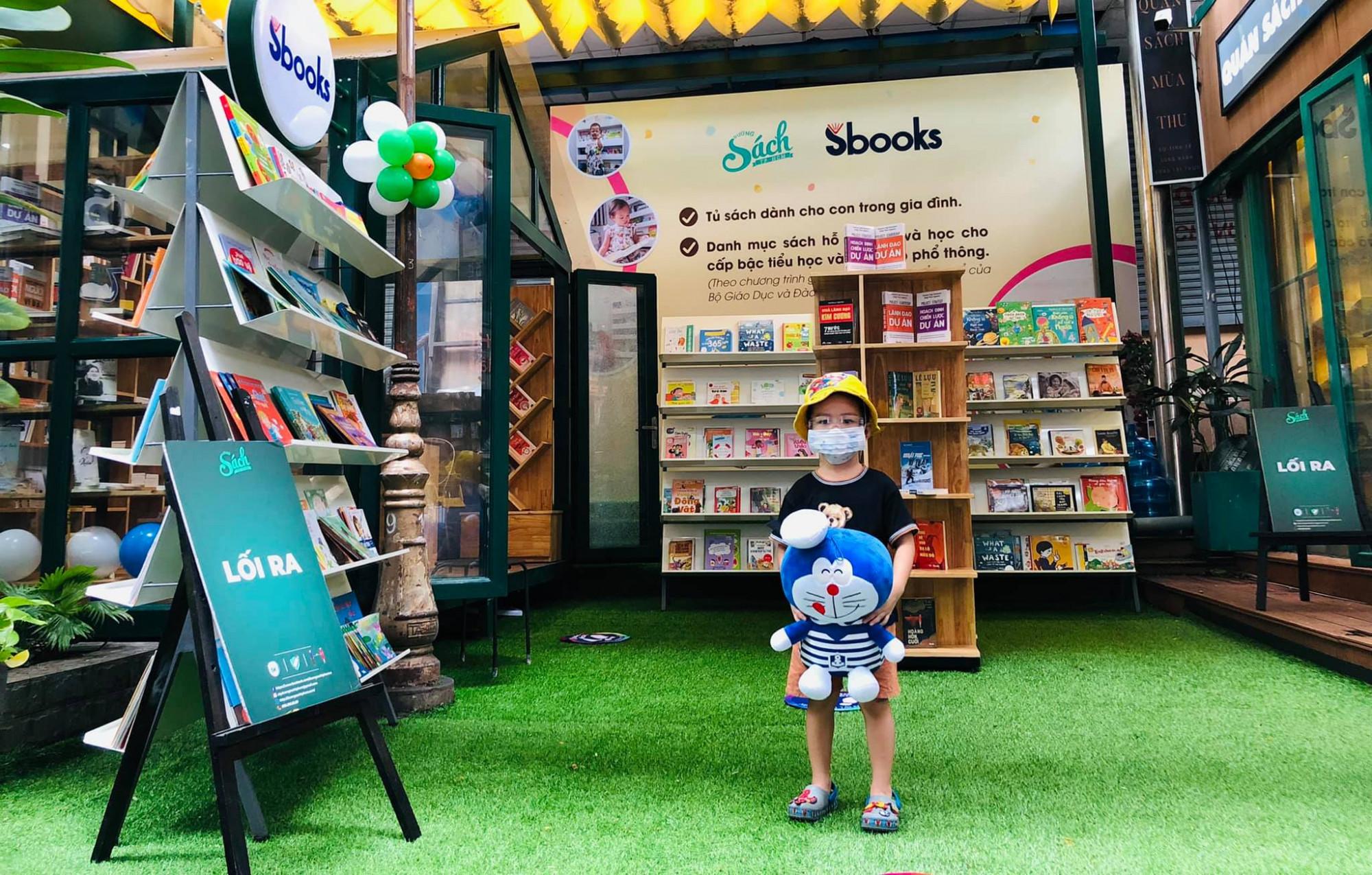 Phụ huynh có thể tìm sách hay cho con trong khu trưng bày Tủ sách gia đình