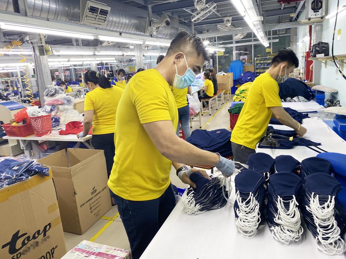 Công ty may mặc Dony (TP.HCM) đang khẩn trương khôi phục sản xuất để kịp hoàn tất các đơn hàng cuối năm - ẢNH: T.HOA