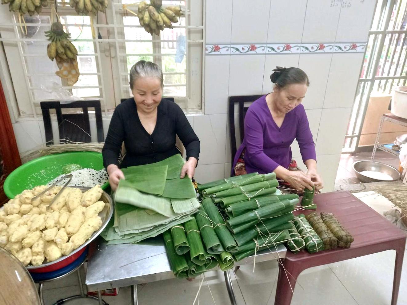 Chị em bà Nguyễn Thị Chẳng và Nguyễn Thị Năm với công việc hằng ngày