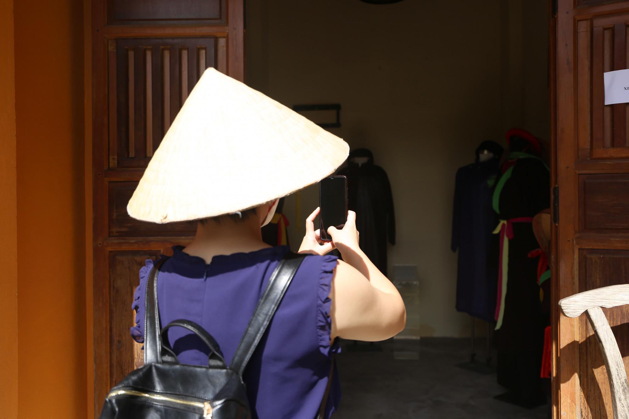 Một thành viên trong đoàn tranh thủ ghi lại hình ảnh áo dài gắn với những loại hình di sản văn hoá phi vật thể của Việt Nam. Hơn 4 tháng qua, những hiện vật đều được cất giữ cẩn thận. Những ngày qua, nhân viên bảo tàng dọn dẹp, trưng bày lại để đón đoàn khách đặc biệt.