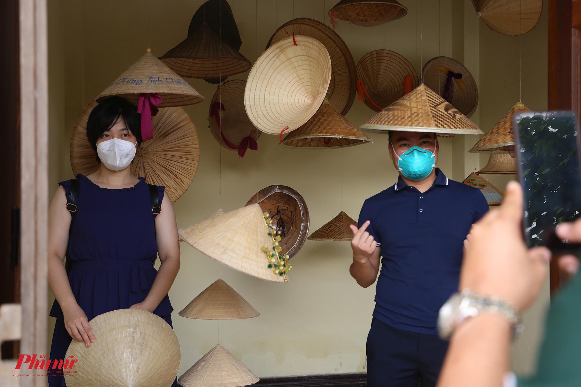 Họ cũng tranh thủ chụp ảnh trong không gian trưng bày những chiếc nón đặc trưng của từng vùng miền.