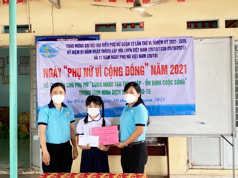 Hội LHPN Q.12 tặng quà cho học sinh