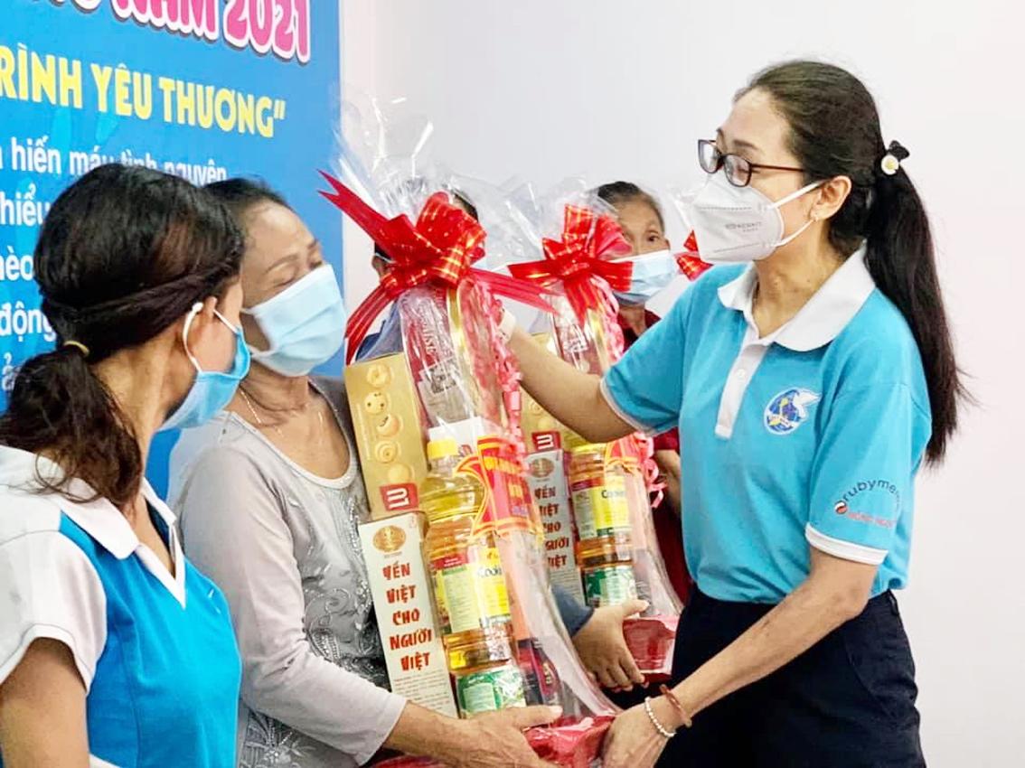 Hội LHPN Q.Tân Bình tặng quà cho chị em hội viên phụ nữ