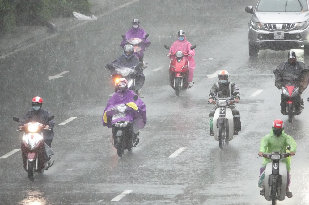 Cơn mưa lớn bao trùm khắp Hà Nội từ rạng sáng kéo dài trong nhiều giờ khiến người dân đi lại rất khó khăn.