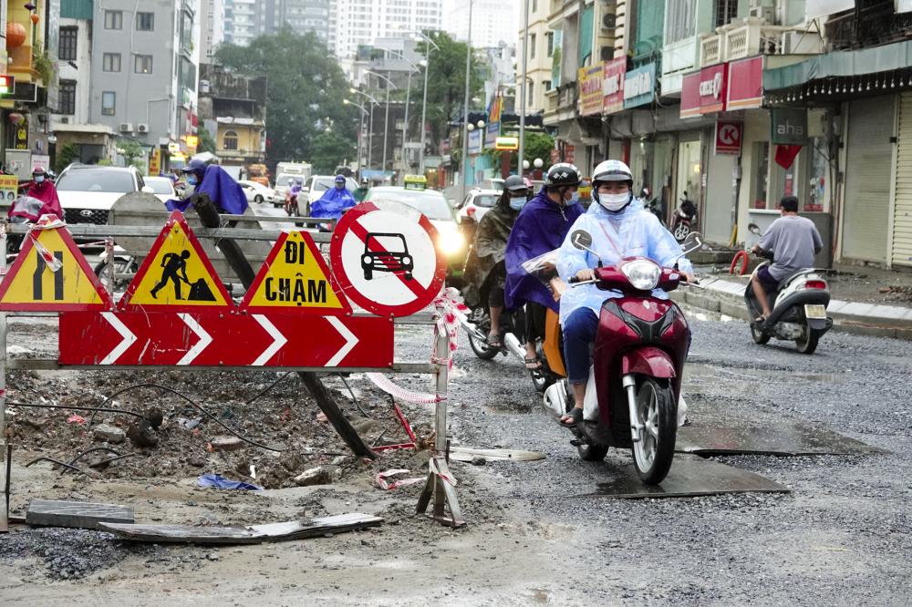 Dự án cải tạo đường Vũ Trọng Phụng (Thanh Xuân, Hà Nội) được khởi công từ năm 2018, dự kiến hoàn thành vào năm 2020. Nhưng đến tháng 9/2021, con đường chỉ dài 434 m này vẫn ngổn ngang.