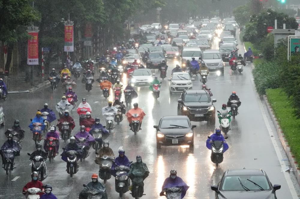 Tại Cầu vượt Nguyễn Chí Thanh và Đường Trần Duy Hưng, người dân di chuyển rất chậm do mưa lớn.