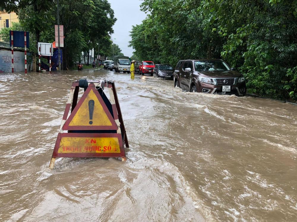 Tại đại lộ Thăng Long giao với Trần Duy Hưng, có điểm ngập khoảng 40 cm, các phương tiện di chuyển rất khó khăn, lực lượng chức năng đặt biển cảnh báo khu vực nguy hiểm.