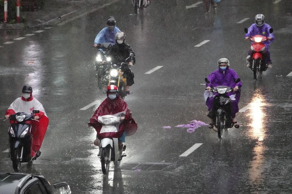 Mưa lớn, gió mạnh khiến người tham gia giao thông bị ảnh hưởng tầm nhìn.