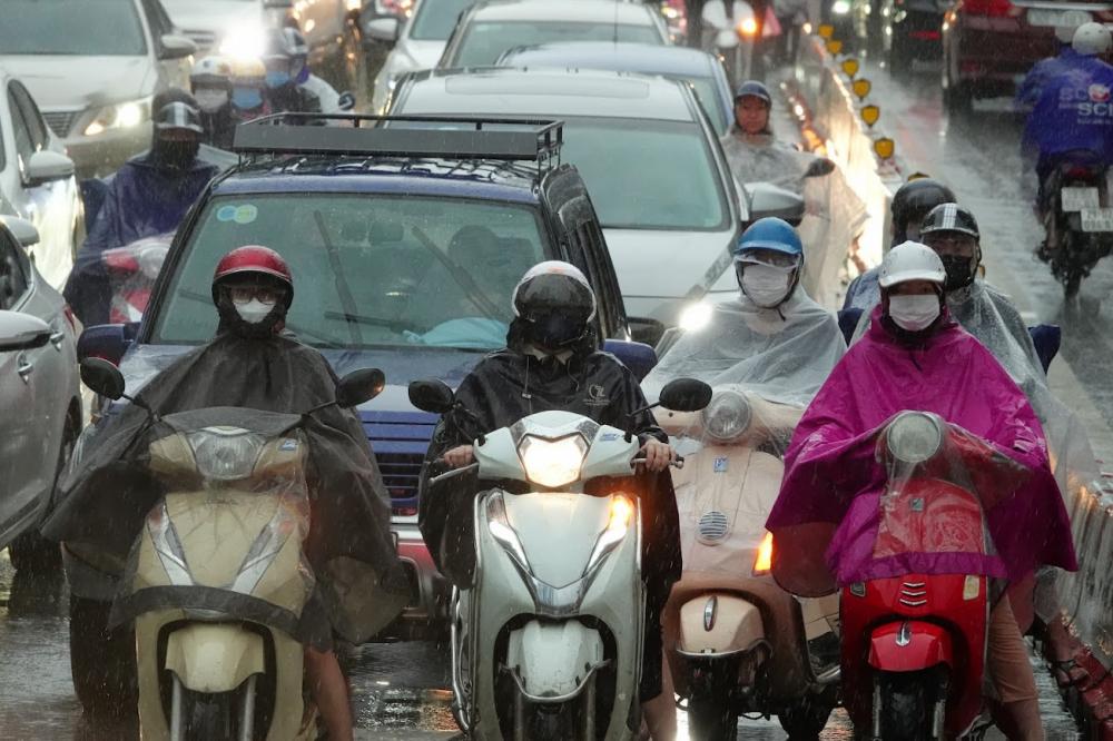 Tại đường Huỳnh Thúc Kháng mật độ phương tiện dày đặc.