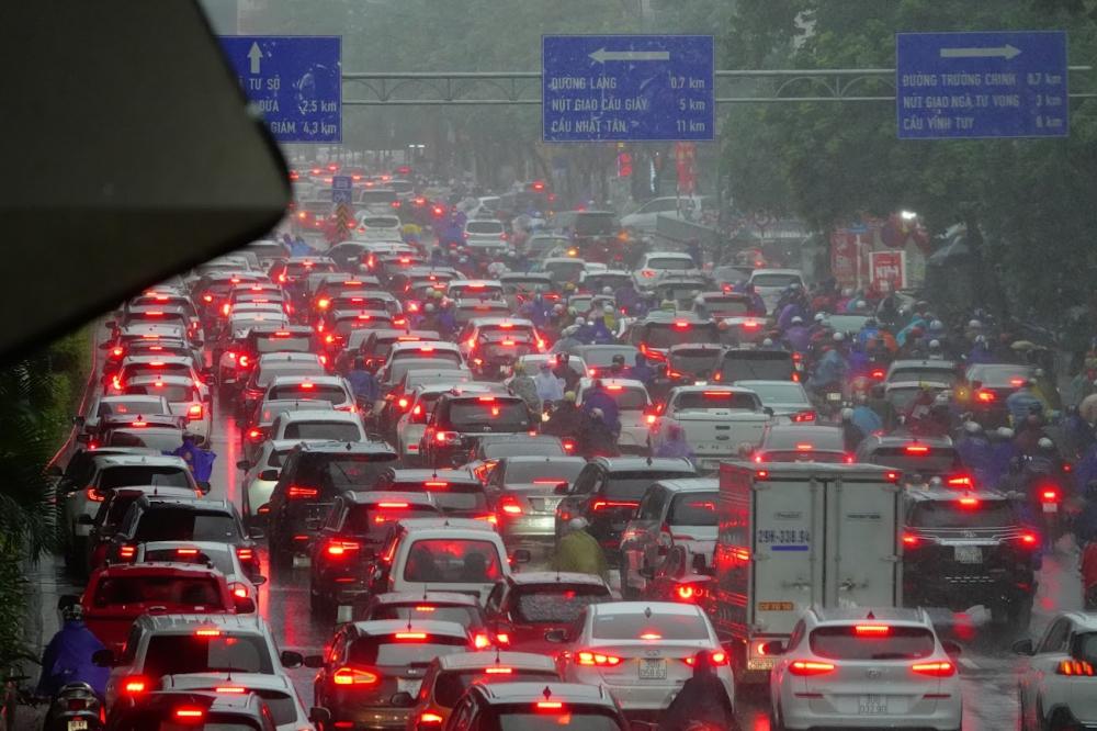Cơn mưa lớn vào giờ cao điểm khiến giao thông càng thêm khó khăn. Trên đường Nguyễn Trãi tình trạng ùn tắc cục bộ xảy ra từ sáng sớm.