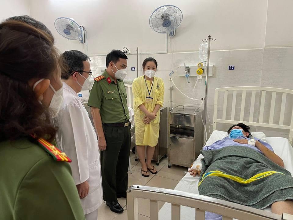 Đại tá Nguyễn Sỹ Quang, Phó Giám đốc Công an TPHCM ân cần thăm hỏi động viên thượng uý Bằng.