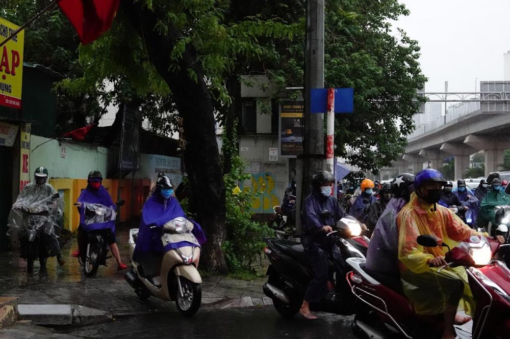 Người dân chật vật di chuyển qua đoạn đường ùn tắc, nhiều phương tiện leo lên vỉa hè khiến giao thông cangd trở nên hỗn loạn.