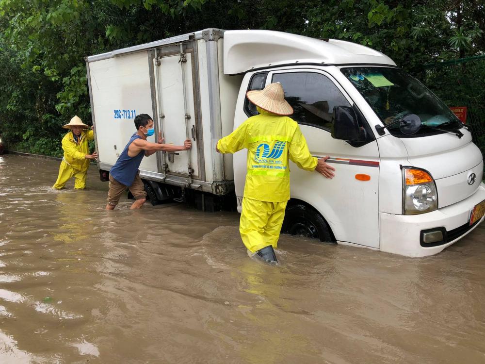 lượng nước ngập quá nửa bánh xe khiến nhiều phương tiện bị chết máy không thể di chuyển.