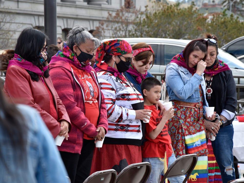 Thân nhân các phụ nữ bản địa mất tích và bị sát hại ở Montana biểu tình trước tòa nhà Quốc hội địa phương ở thành phố Helena hôm 5/5/2021 - Ảnh: AP