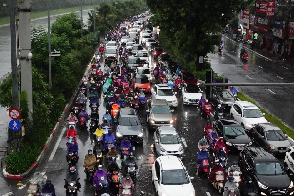 Khu vực đường Láng ùn tắc trong cơn mưa.
