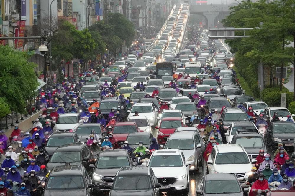 trên đường Trường Chinh hướng ra Ngã Tư Sở, hàng dài phương tiện nối đuôi nhau nhích từng chút một.